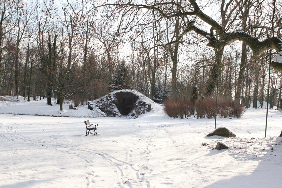 Grota w dobrzyckim parku