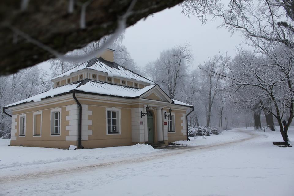 Oficyna w Zespole Pałacvowo - Parkowym w Dobrzycy ma ponad 200 lat