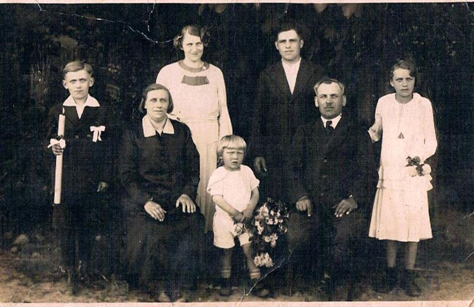 Rodzina Marciniaków z Lenartowic Komunia dziadka