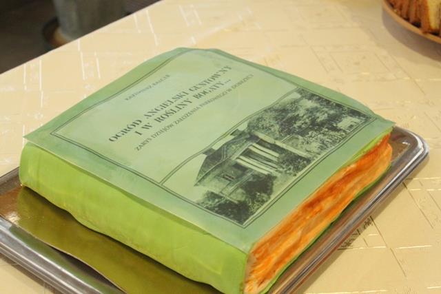 Tort w kształcie książki o dobrzyckim parku