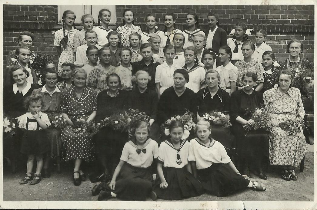 Zdjęcie-z-VI-1950-roku-zakończenie-szkoły.jpg