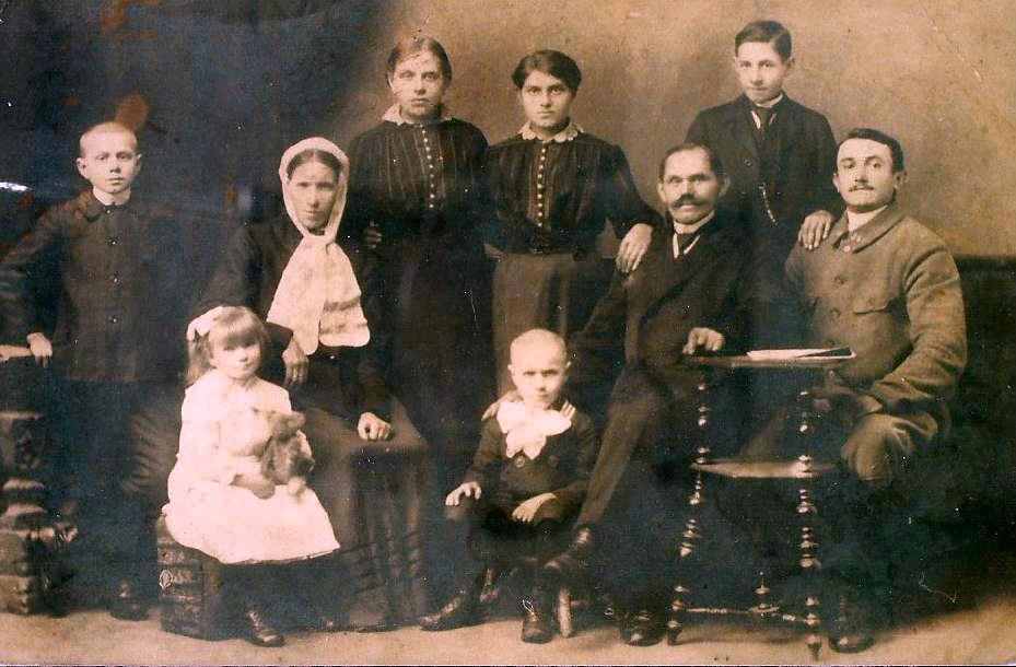 Chwila zadumy nad rodzinnym zdjęciem z 1918 roku