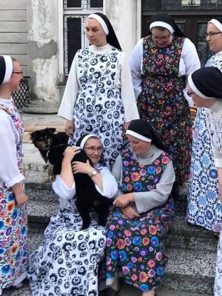 Siostry-przed-pałacem-czolo.jpg